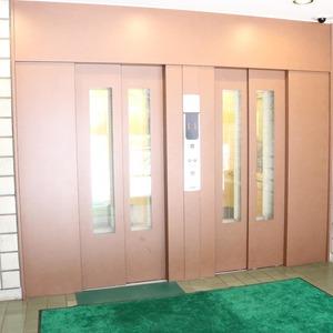 三田ナショナルコートのエレベーターホール、エレベーター内