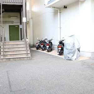 三田ナショナルコートのバイク置場