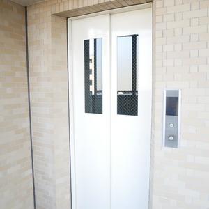 ファミールグラン高井戸デュープレックスのエレベーターホール、エレベーター内