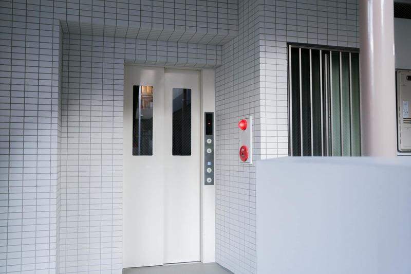 イクシア中野弥生町のエレベーターホール、エレベーター内1枚目