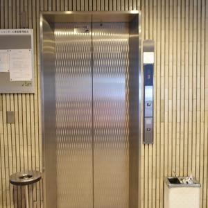 シャンボール原宿のエレベーターホール、エレベーター内