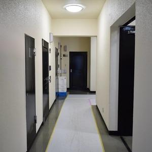 秀和麻布笄町レジデンス(3階,4380万円)のフロア廊下(エレベーター降りてからお部屋まで)