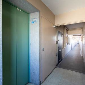 目白ビル(7階,3499万円)のフロア廊下(エレベーター降りてからお部屋まで)