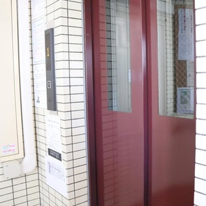 上野の森リリエンハイム(5階,4699万円)のフロア廊下(エレベーター降りてからお部屋まで)