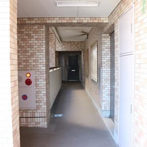 朝日根津マンション(7階,4599万円)のフロア廊下(エレベーター降りてからお部屋まで)