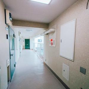 日商岩井恵比寿マンション(2階,5580万円)のフロア廊下(エレベーター降りてからお部屋まで)