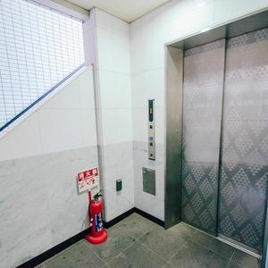 メインステージ上野のエレベーターホール、エレベーター内