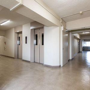 豊島ハイツ(6階,4099万円)のフロア廊下(エレベーター降りてからお部屋まで)