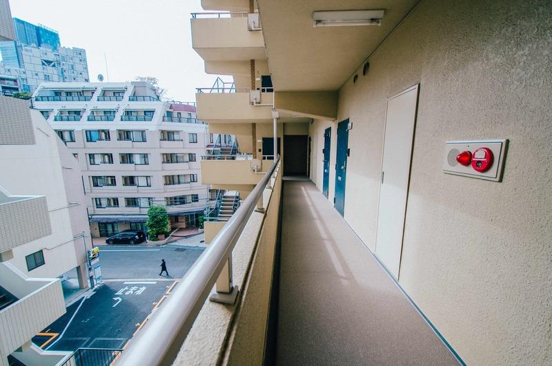 イトーピア六本木のフロア廊下(エレベーター降りてからお部屋まで)1枚目