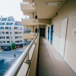 イトーピア六本木(5階,6780万円)のフロア廊下(エレベーター降りてからお部屋まで)