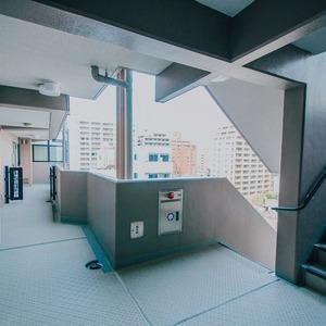 ライオンズシティ浅草(9階,3998万円)のフロア廊下(エレベーター降りてからお部屋まで)