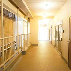 湯島イガラシマンション(4階,2980万円)のフロア廊下(エレベーター降りてからお部屋まで)