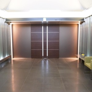 プリズムタワーのエレベーターホール、エレベーター内
