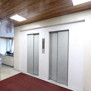 クレセントマンションのエレベーターホール、エレベーター内