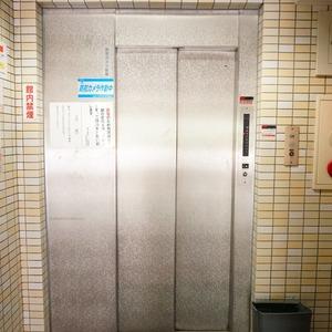 朝日六番町マンションのエレベーターホール、エレベーター内