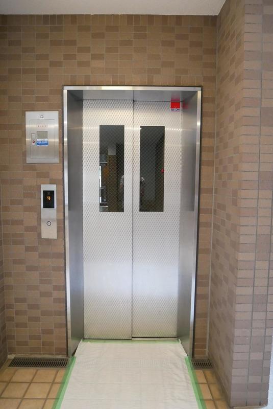 ライオンズマンション中野桃園のエレベーターホール、エレベーター内1枚目