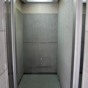 コスモ中野のエレベーターホール、エレベーター内