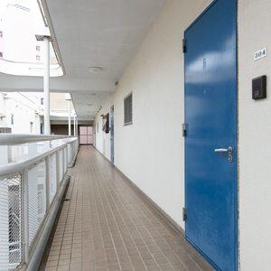 シェモワ新宿(5階,)のフロア廊下(エレベーター降りてからお部屋まで)