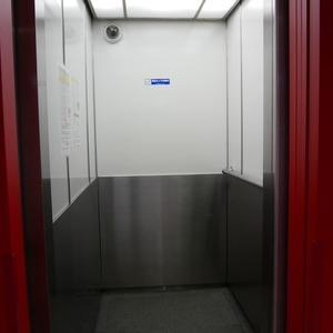 秀和亀戸天神橋レジデンスのエレベーターホール、エレベーター内