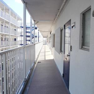 秀和亀戸天神橋レジデンス(9階,3690万円)のフロア廊下(エレベーター降りてからお部屋まで)