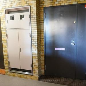マンション小石川台(5階,)のフロア廊下(エレベーター降りてからお部屋まで)