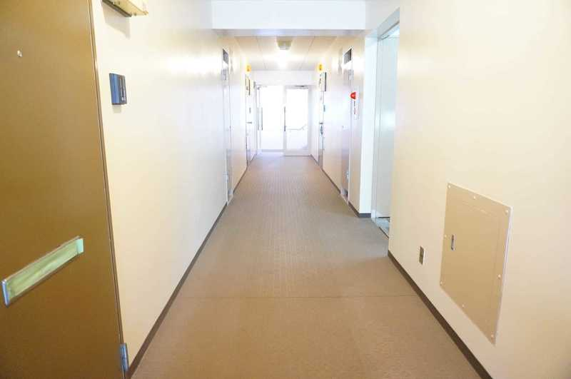 市谷加賀町スカイマンションのフロア廊下(エレベーター降りてからお部屋まで)1枚目