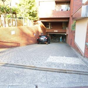 ビオライフハウスの駐車場