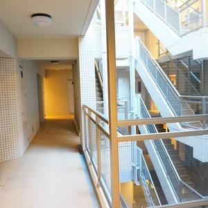 フィールT幡ヶ谷(3階,5880万円)のフロア廊下(エレベーター降りてからお部屋まで)