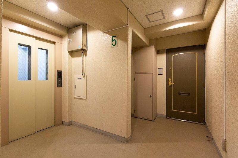 西日暮里ローヤルコーポのフロア廊下(エレベーター降りてからお部屋まで)1枚目