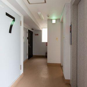 ソフトタウンニュー池袋(7階,)のフロア廊下(エレベーター降りてからお部屋まで)