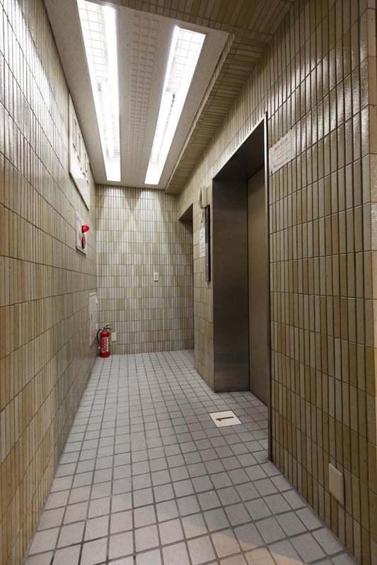 プチモンド上野のエレベーターホール、エレベーター内1枚目