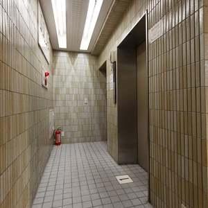 プチモンド上野のエレベーターホール、エレベーター内