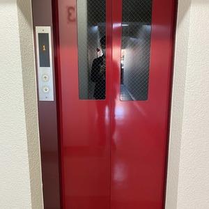 サンメゾン中野のエレベーターホール、エレベーター内