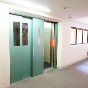 ライオンズマンション箱崎町のエレベーターホール、エレベーター内