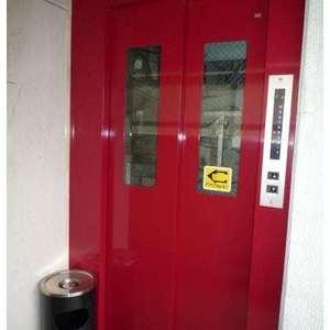 神田小川町ハイツのエレベーターホール、エレベーター内
