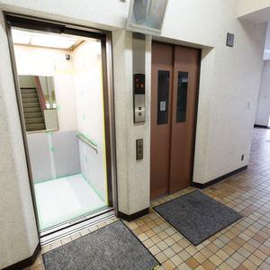 目白が丘マンションのエレベーターホール、エレベーター内