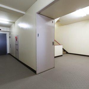 目白が丘マンション(5階,4980万円)のフロア廊下(エレベーター降りてからお部屋まで)