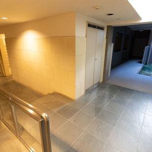 上野毛南パークホームズのエレベーターホール、エレベーター内